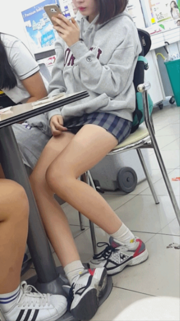 【※有能】タイトミニの制服がエロい韓国JKがぐうシコwwwwwwwwwwwwww(画像あり)・23枚目