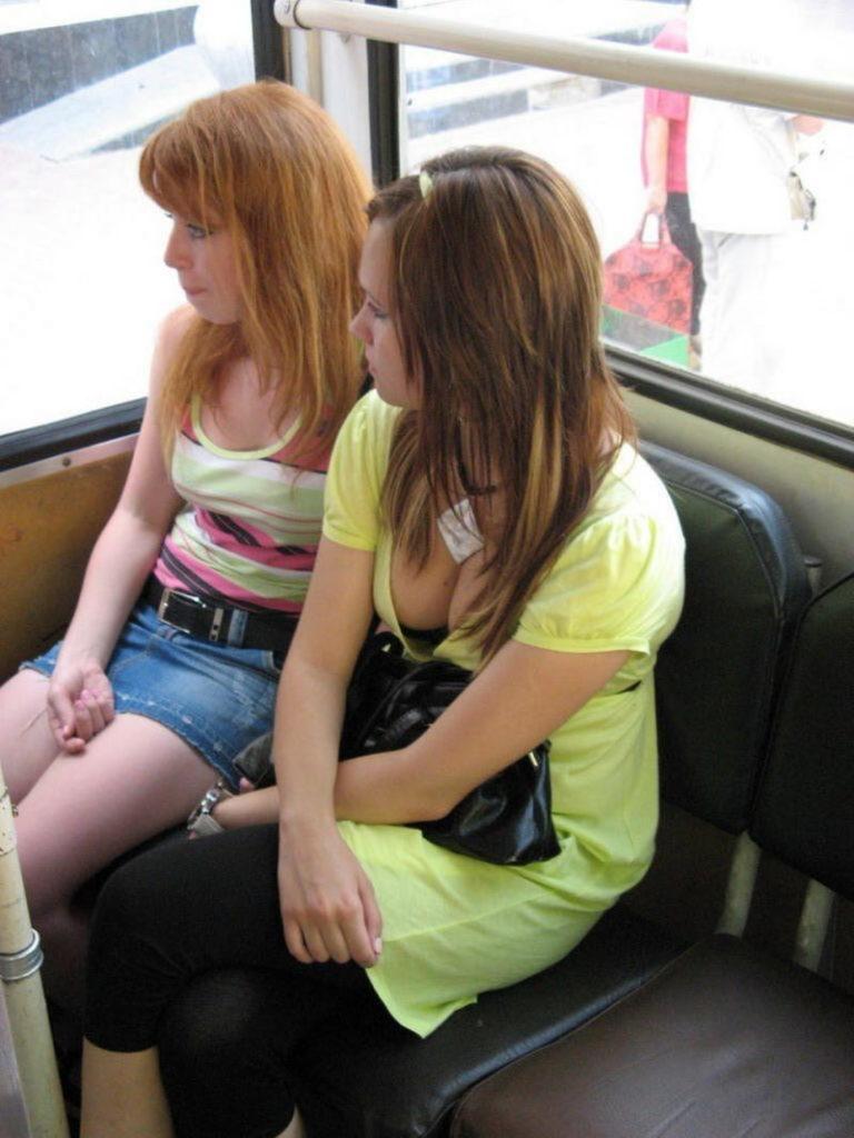 海外の電車やバスでの無防備すぎる外国人美女のセクシーなおっぱいエロ画像・1枚目