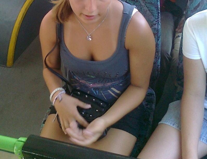 海外の電車やバスでの無防備すぎる外国人美女のセクシーなおっぱいエロ画像・11枚目