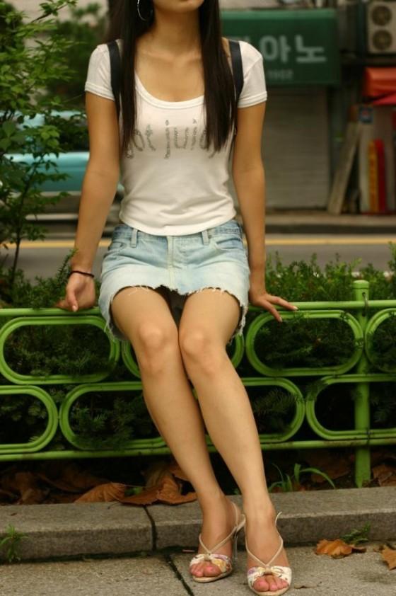 【街撮り】韓国の街に蔓延る美脚美女たち・・・パンチラゲットぉぉぉぉ!!!!!!・12枚目