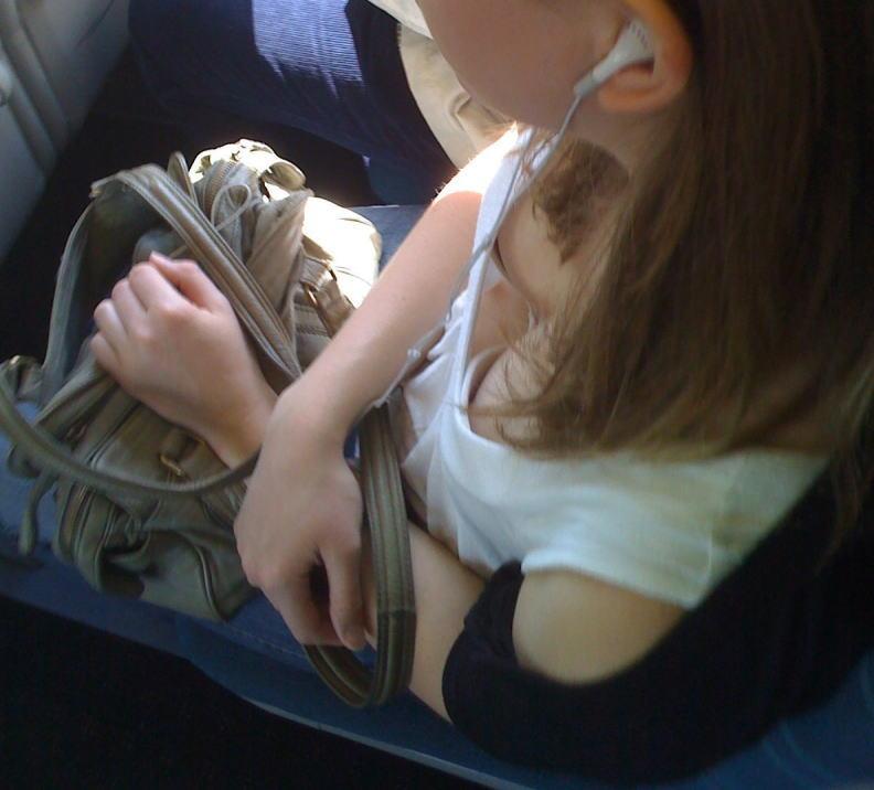 海外の電車やバスでの無防備すぎる外国人美女のセクシーなおっぱいエロ画像・13枚目