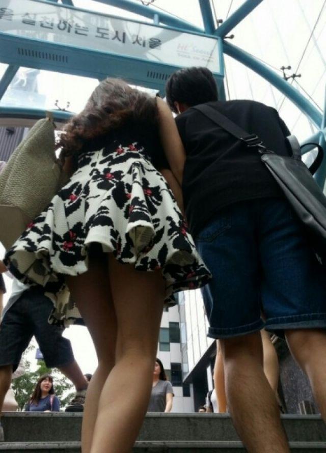 【街撮り】韓国の街に蔓延る美脚美女たち・・・パンチラゲットぉぉぉぉ!!!!!!・14枚目