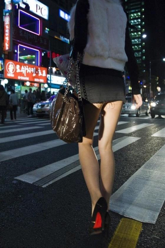 【街撮り】韓国の街に蔓延る美脚美女たち・・・パンチラゲットぉぉぉぉ!!!!!!・16枚目