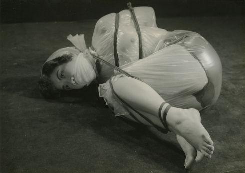 【画像】曾祖母のハメ撮り写真を発見してしまったんだが・・・・・・・・・・17枚目