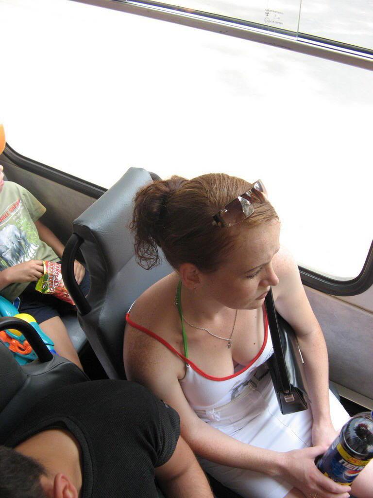 海外の電車やバスでの無防備すぎる外国人美女のセクシーなおっぱいエロ画像・2枚目