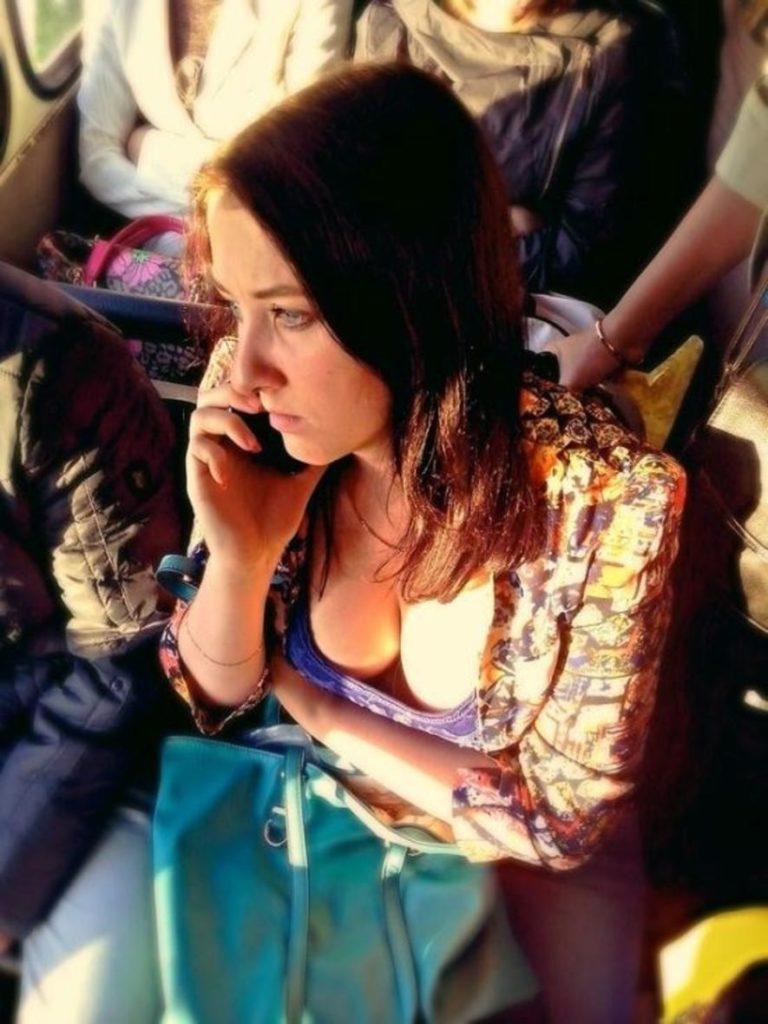 海外の電車やバスでの無防備すぎる外国人美女のセクシーなおっぱいエロ画像・22枚目