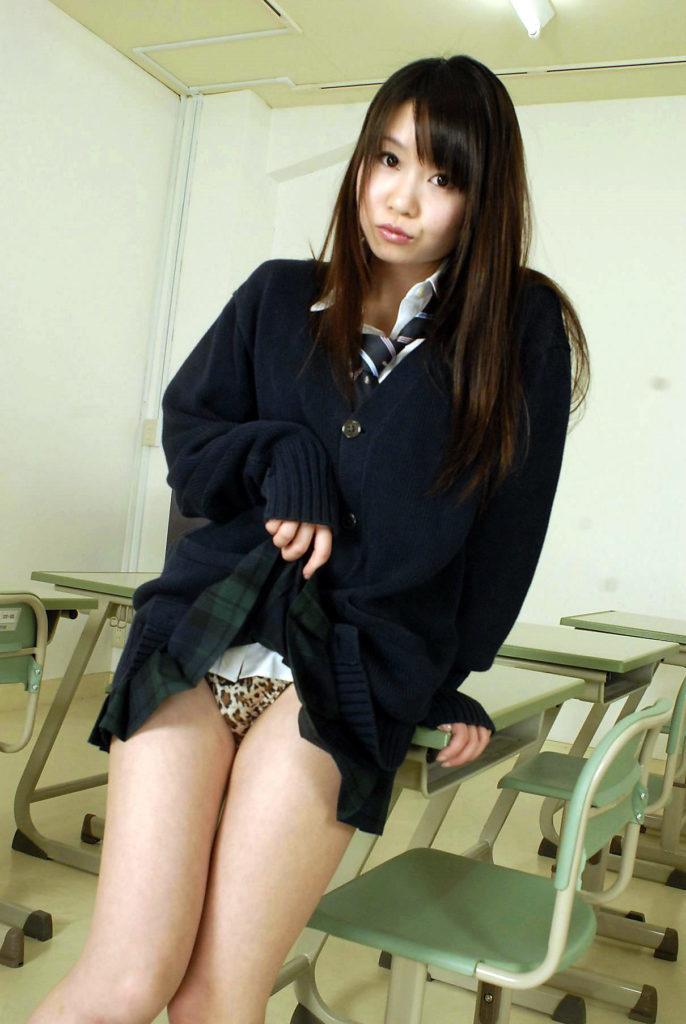 【※超絶朗報※】自らスカートを捲り上げる円高JKの画像集。 35名・22枚目
