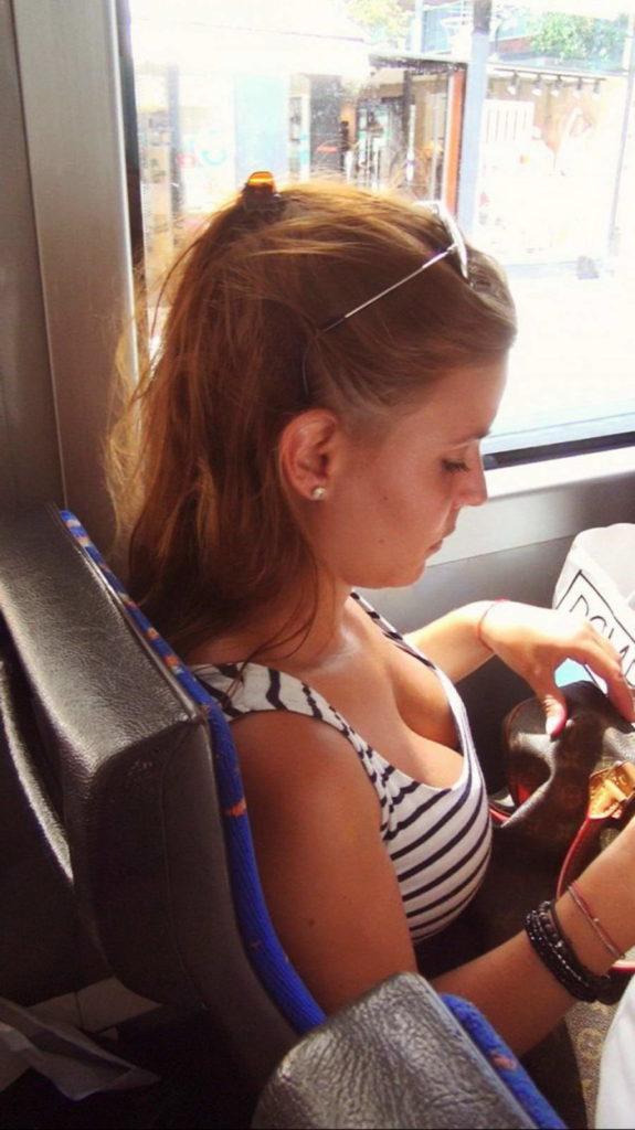 海外の電車やバスでの無防備すぎる外国人美女のセクシーなおっぱいエロ画像・24枚目