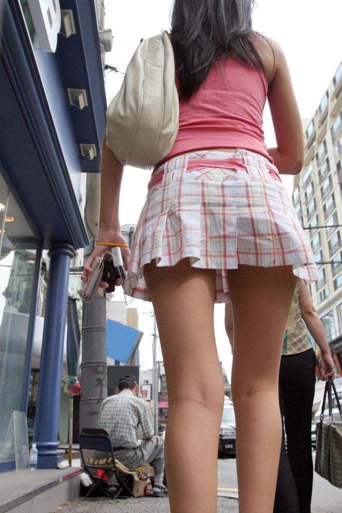 【街撮り】韓国の街に蔓延る美脚美女たち・・・パンチラゲットぉぉぉぉ!!!!!!・24枚目
