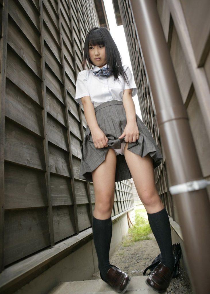 【※超絶朗報※】自らスカートを捲り上げる円高JKの画像集。 35名・24枚目