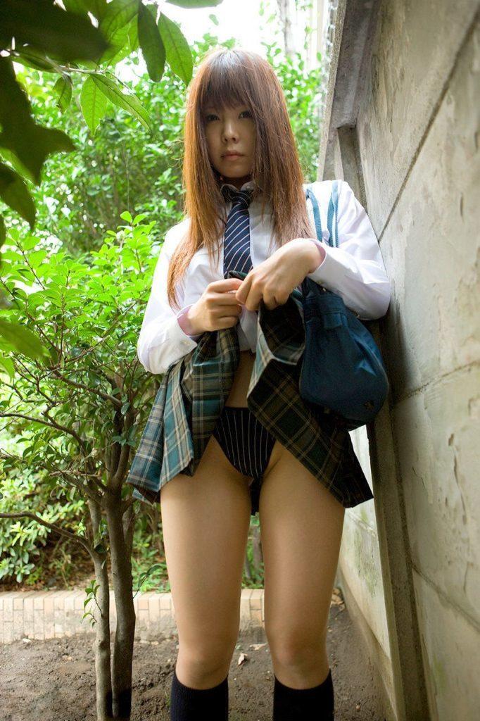 【※超絶朗報※】自らスカートを捲り上げる円高JKの画像集。 35名・26枚目