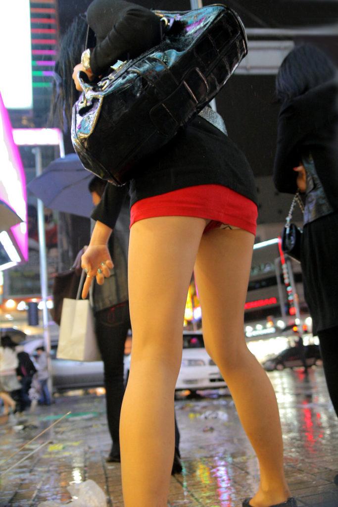 【街撮り】韓国の街に蔓延る美脚美女たち・・・パンチラゲットぉぉぉぉ!!!!!!・32枚目