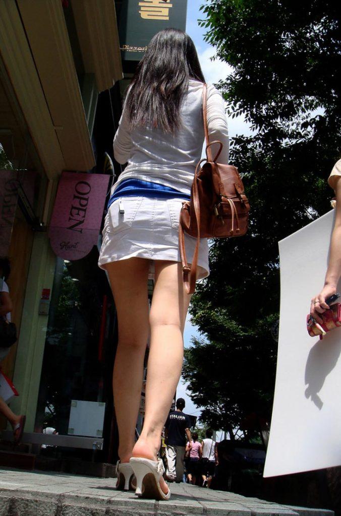 【街撮り】韓国の街に蔓延る美脚美女たち・・・パンチラゲットぉぉぉぉ!!!!!!・4枚目