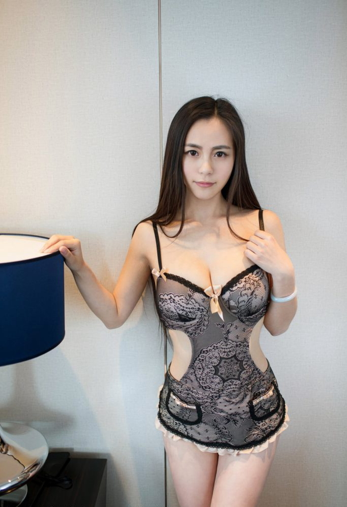 【画像】中国のモデル、ビーチク透けてるモデル乳首起ち過ぎ・・・(36枚)・5枚目