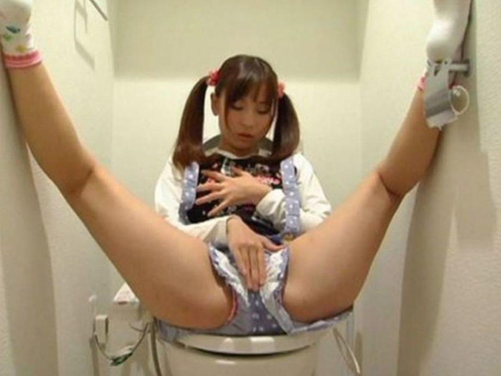 【盗撮】トイレでこっそりオナニーする変態妹を晒す(※画像あり※)・6枚目