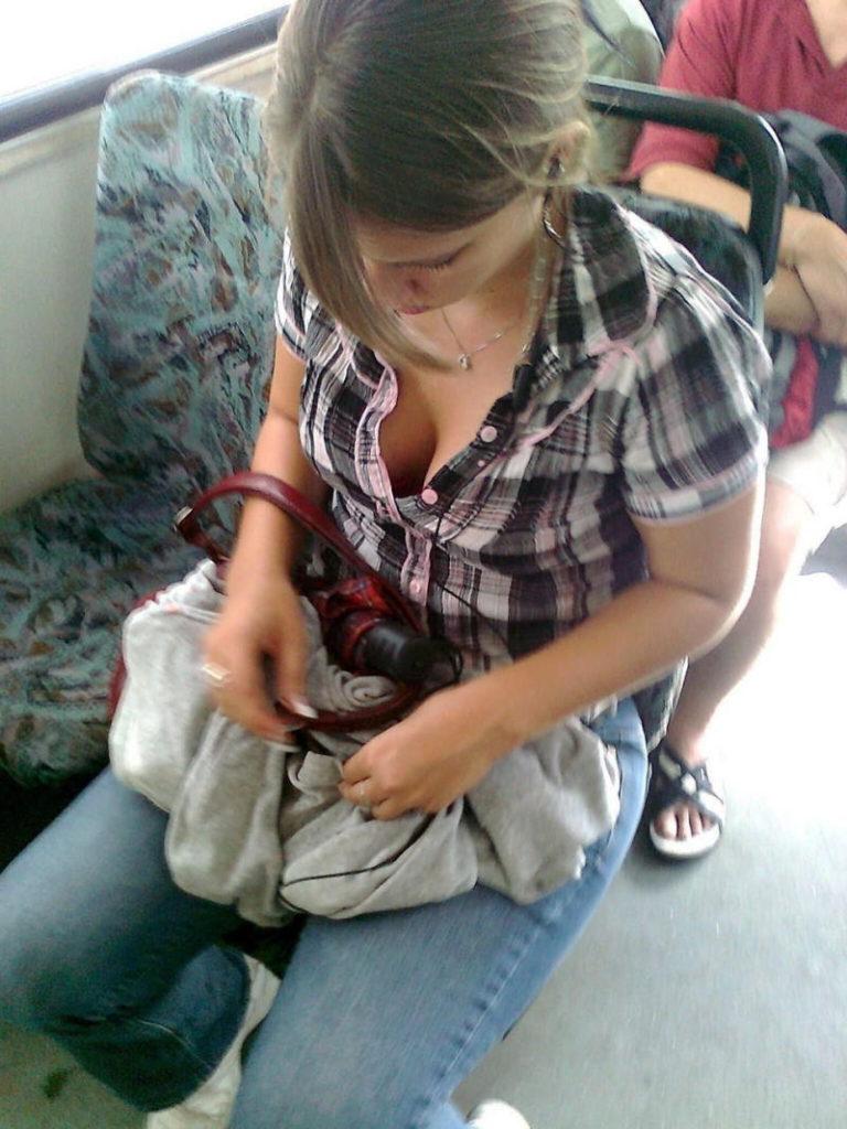 海外の電車やバスでの無防備すぎる外国人美女のセクシーなおっぱいエロ画像・8枚目