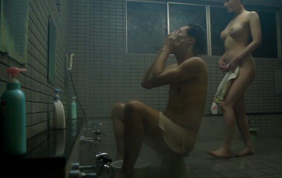 【閲覧注意】いきなり男風呂に潜入してきた痴女にチンコ食いちぎられる・・・・・(画像あり)・1枚目