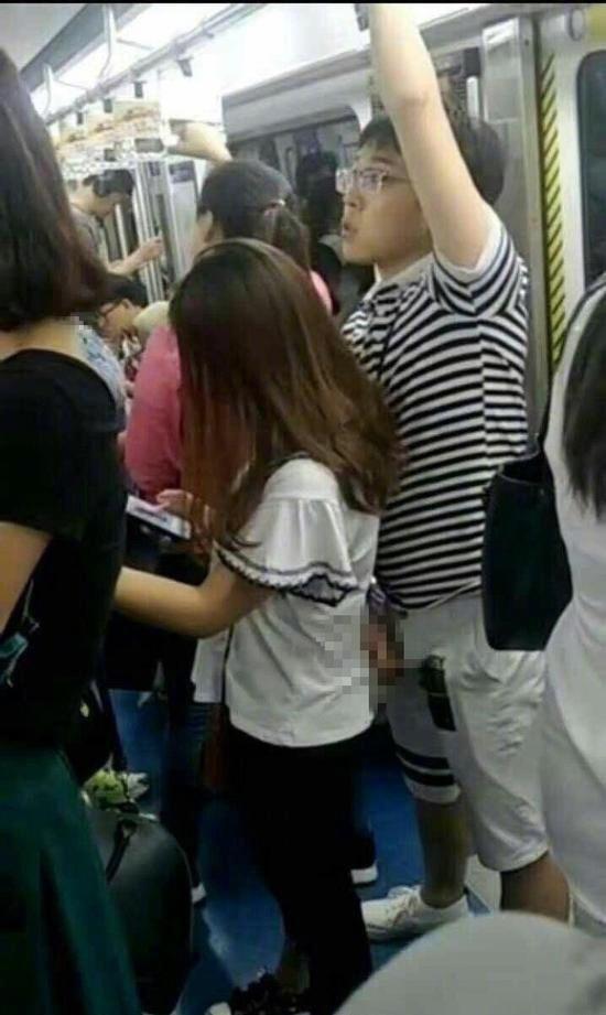 【※驚愕】地下鉄に現る痴漢魔の犯行現場がこちら・・・・・・・1枚目