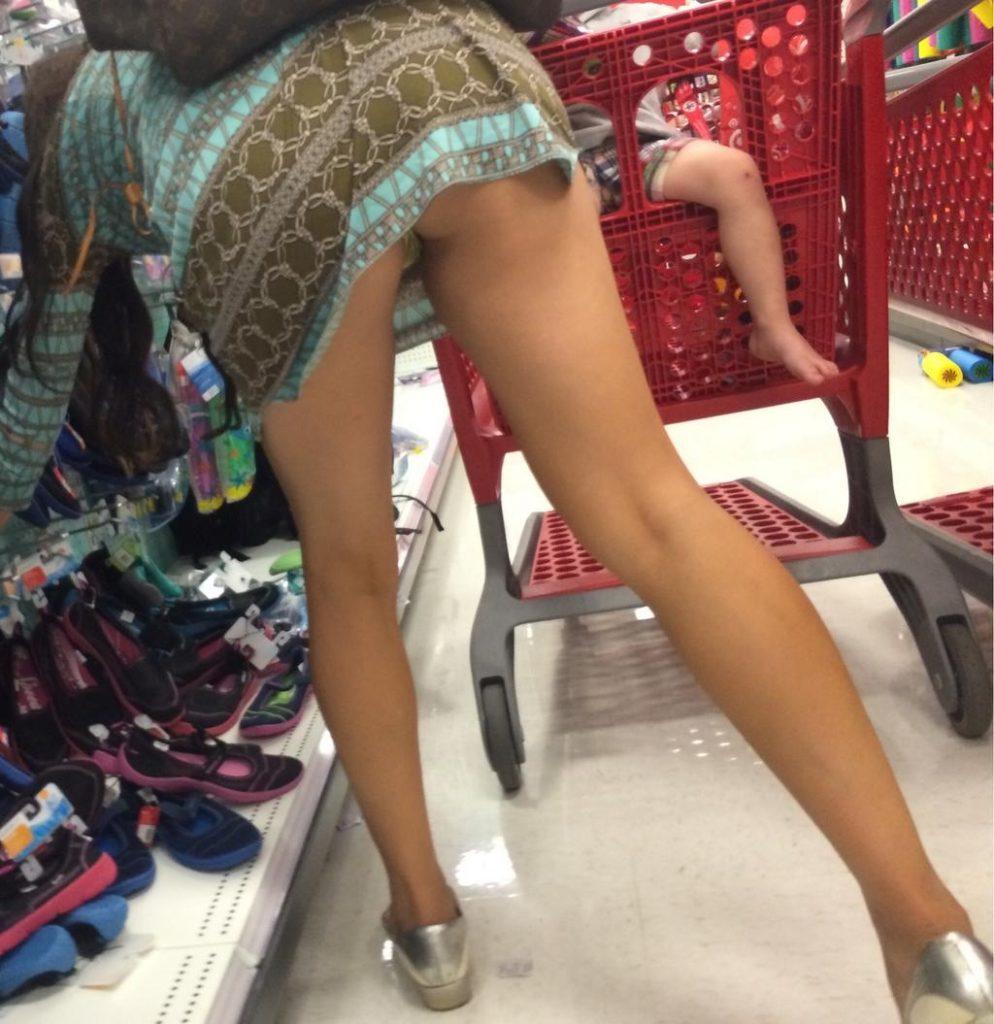 【激写】スーパーで買い物中の素人妻のパンチラが気になりすぎる件wwwwwww(※画像あり)・11枚目