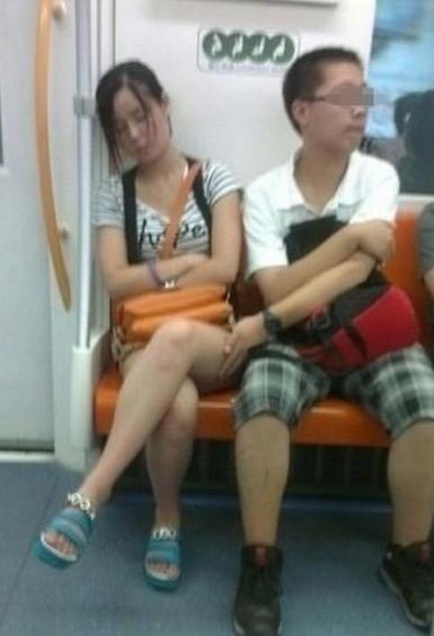 【※驚愕】地下鉄に現る痴漢魔の犯行現場がこちら・・・・・・・15枚目