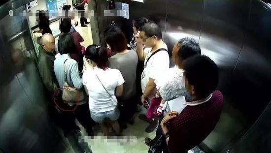 【※驚愕】地下鉄に現る痴漢魔の犯行現場がこちら・・・・・・・17枚目