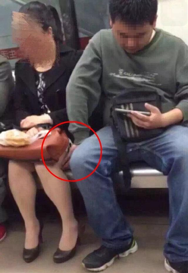 【※驚愕】地下鉄に現る痴漢魔の犯行現場がこちら・・・・・・・19枚目