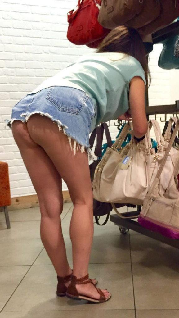 【激写】スーパーで買い物中の素人妻のパンチラが気になりすぎる件wwwwwww(※画像あり)・20枚目