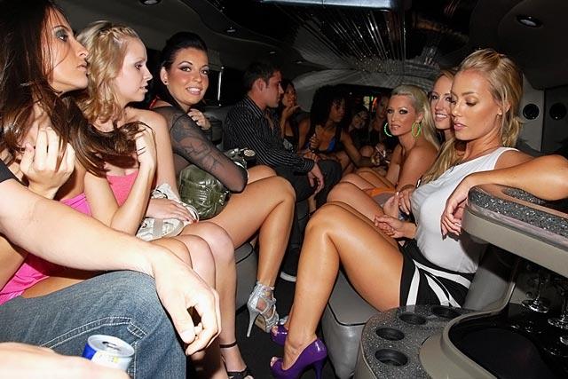 【ビッチ確定】素人さん、リムジン女子会で酔った勢いで豪快に脱ぐwwwwwwww(画像あり)・17枚目