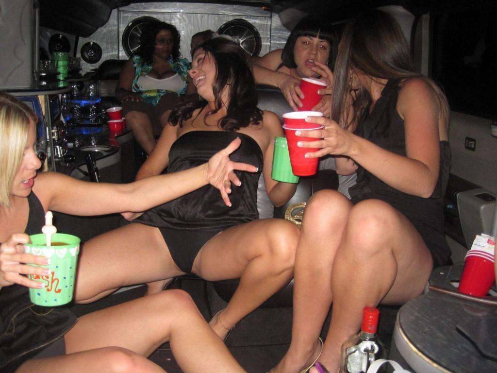 【ビッチ確定】素人さん、リムジン女子会で酔った勢いで豪快に脱ぐwwwwwwww(画像あり)・19枚目
