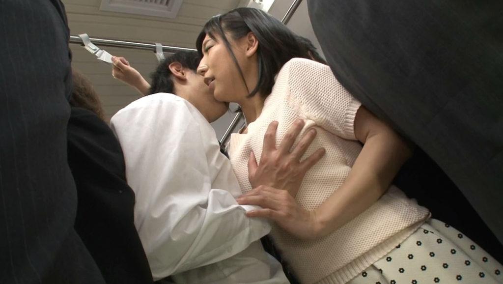 【朗報】満員電車で密着する巨乳に思わず手が出そうなんだがwwwwwwwwwwwwww(画像あり)・23枚目