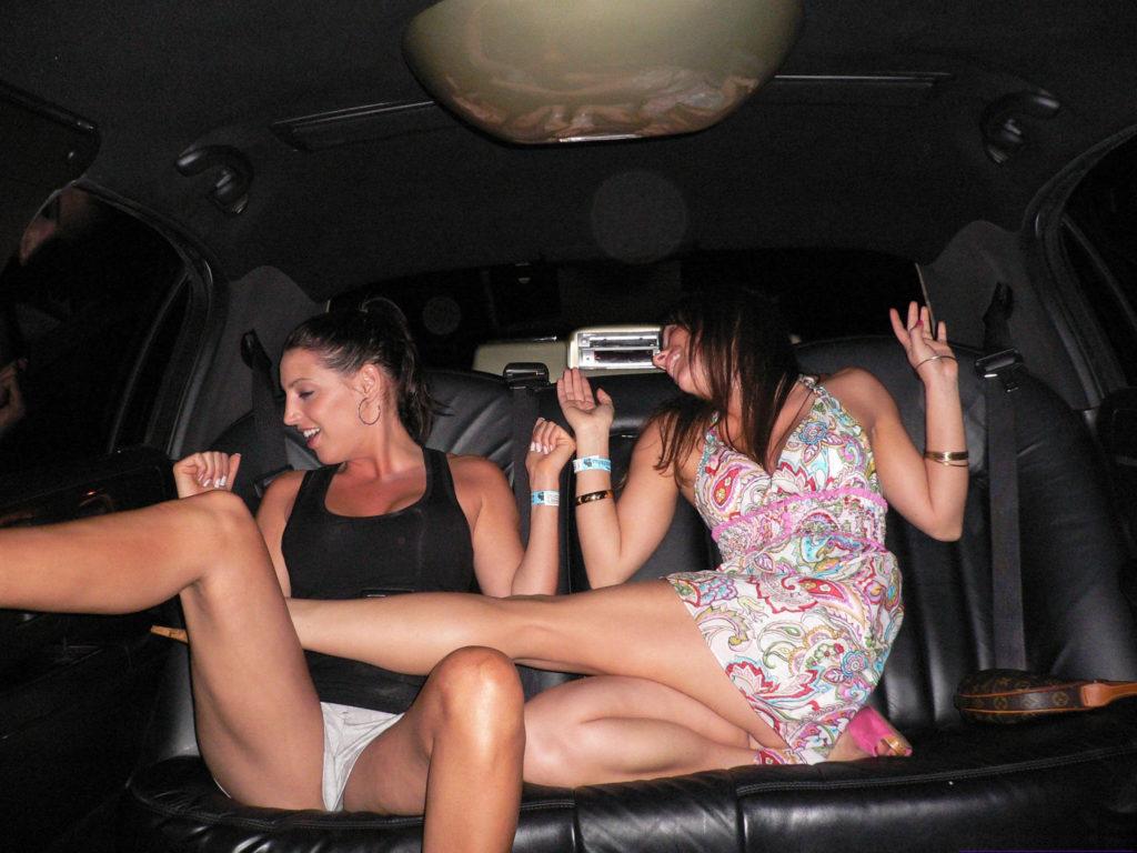 【ビッチ確定】素人さん、リムジン女子会で酔った勢いで豪快に脱ぐwwwwwwww(画像あり)・20枚目