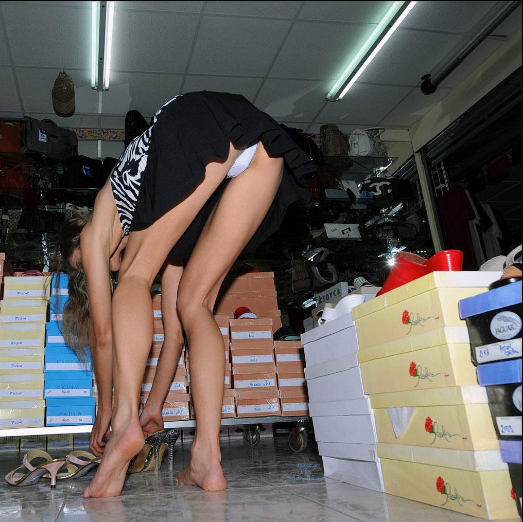 【激写】スーパーで買い物中の素人妻のパンチラが気になりすぎる件wwwwwww(※画像あり)・26枚目