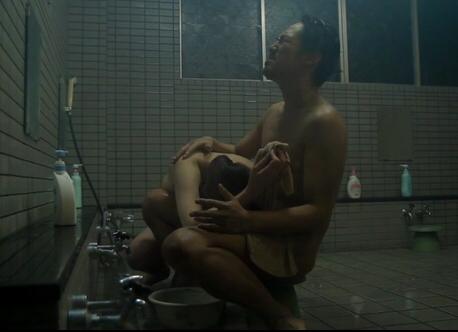 【閲覧注意】いきなり男風呂に潜入してきた痴女にチンコ食いちぎられる・・・・・(画像あり)・3枚目