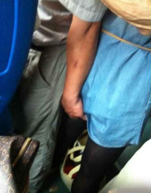 【※驚愕】地下鉄に現る痴漢魔の犯行現場がこちら・・・・・・・5枚目