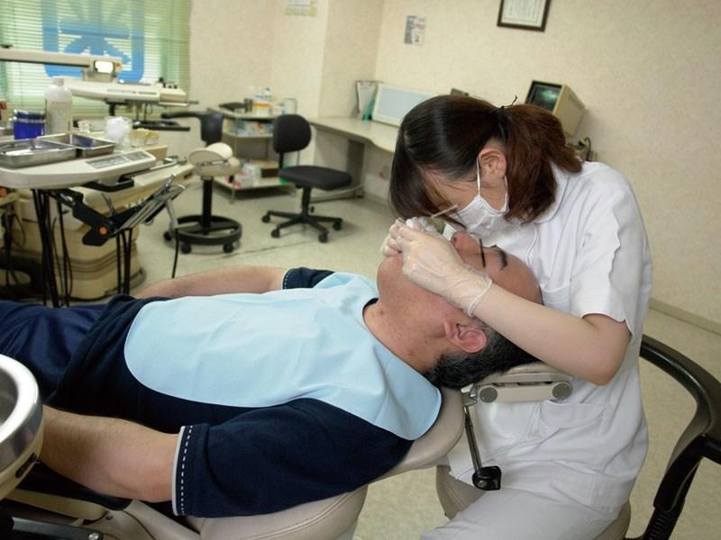 歯科衛生士のお姉さんを下から眺める絶景が神々しくて草wwwwwwwwwwwwwww(※画像あり)・5枚目