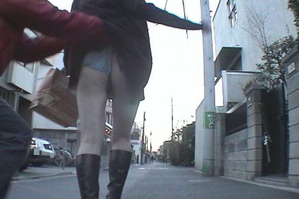 スカートの中を撮影しようとしてる変態男の巧妙な手口がこちら。(※画像あり)・5枚目