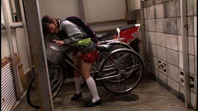 【悲報】興味本位で自転車ディルドに跨る女、野外で大胆悶絶wwwwwwwwwwwww(※GIFあり)・8枚目