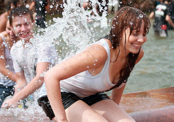 【※朗報】ロシアの水掛けのお祭り、余裕でヌケる問題・・・(画像39枚)