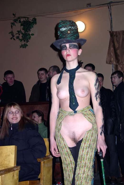 ファッションショーのモデルさん、マンコ丸出しで目のやり場に困るんだが・・・・・(画像あり)・1枚目