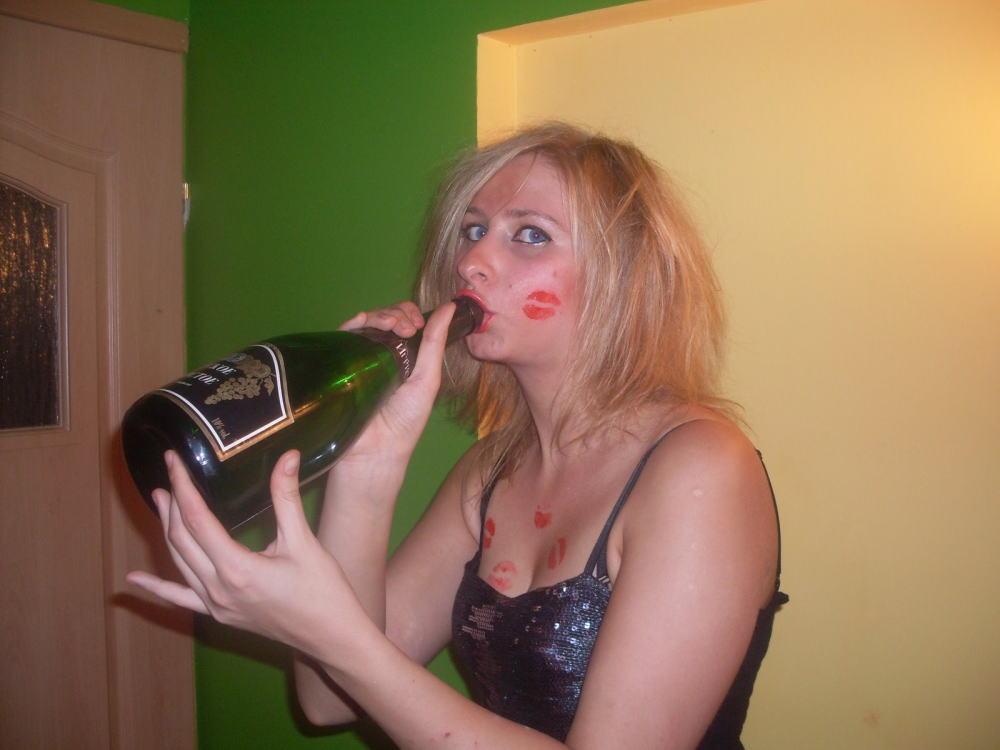 【※悲惨】酒一気飲みして男たちの餌食になってる女の子たち(画像あり)・2枚目