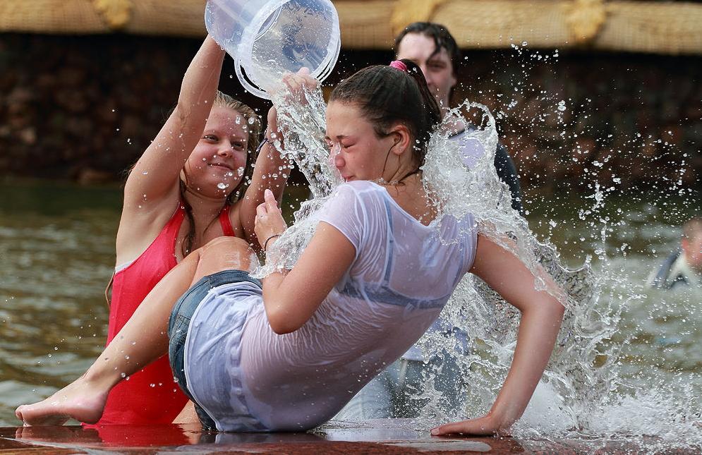 【※朗報】ロシアの水掛けのお祭り、余裕でヌケる問題・・・(画像39枚)・27枚目
