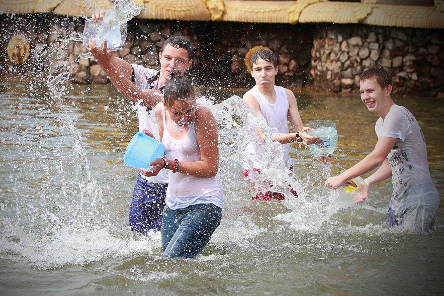 【※朗報】ロシアの水掛けのお祭り、余裕でヌケる問題・・・(画像39枚)・3枚目