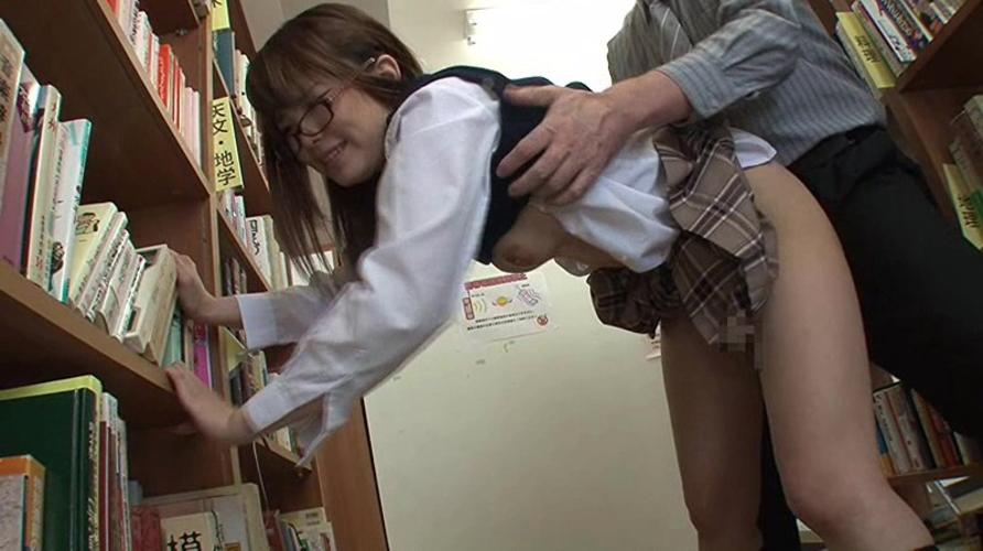 【※悲報】真面目系JKさん、図書館でレ●プされる。。。(GIFあり)・3枚目
