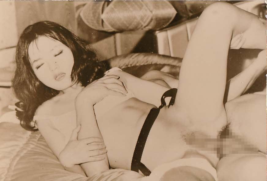 祖父の家から出てきた半世紀前の白黒ハメ撮り写真、割とイケるwwwwwwwwwww(画像あり)・3枚目
