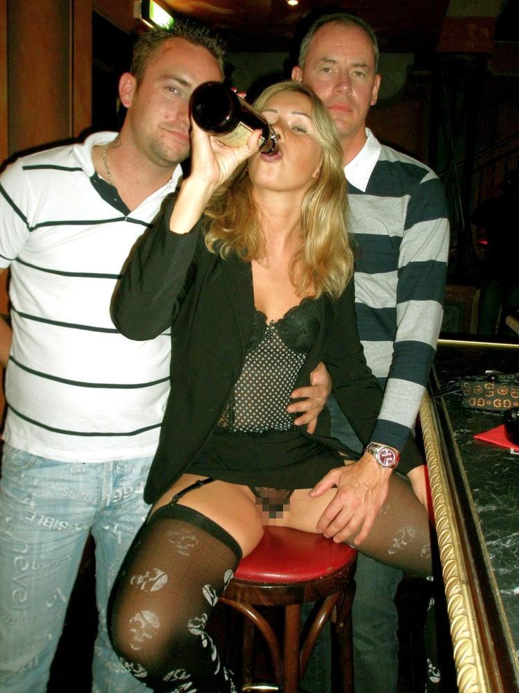 【※悲惨】酒一気飲みして男たちの餌食になってる女の子たち(画像あり)・32枚目