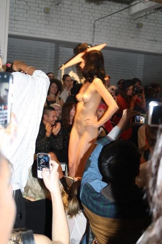 ファッションショーのモデルさん、マンコ丸出しで目のやり場に困るんだが・・・・・(画像あり)・32枚目