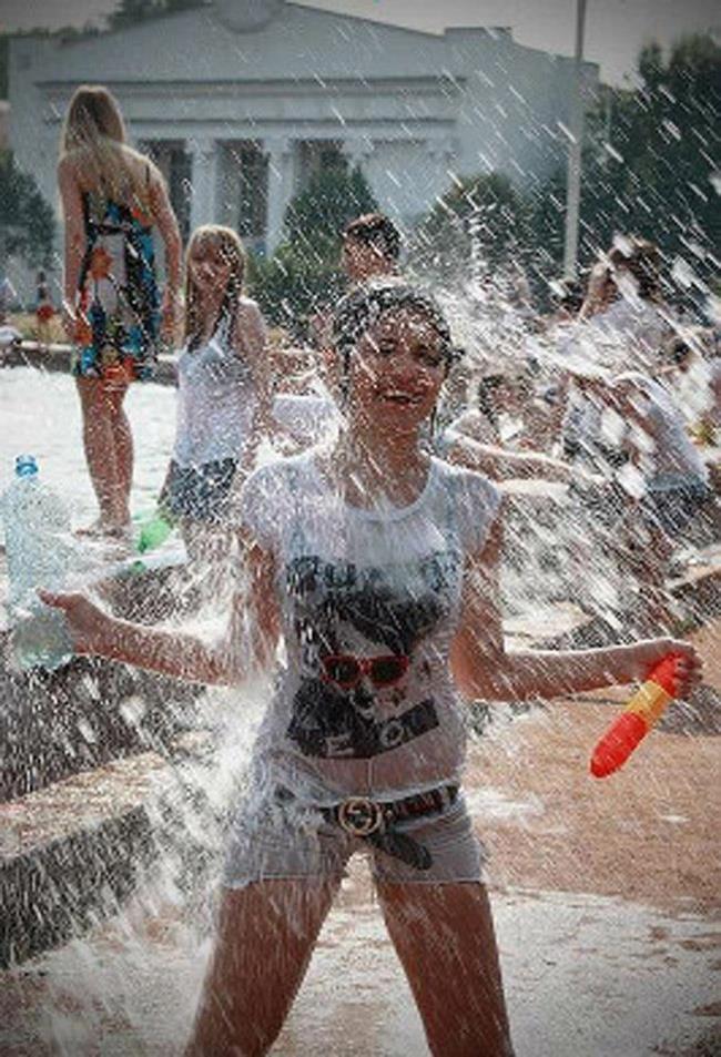 【※朗報】ロシアの水掛けのお祭り、余裕でヌケる問題・・・(画像39枚)・33枚目