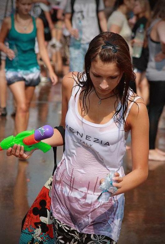 【※朗報】ロシアの水掛けのお祭り、余裕でヌケる問題・・・(画像39枚)・38枚目