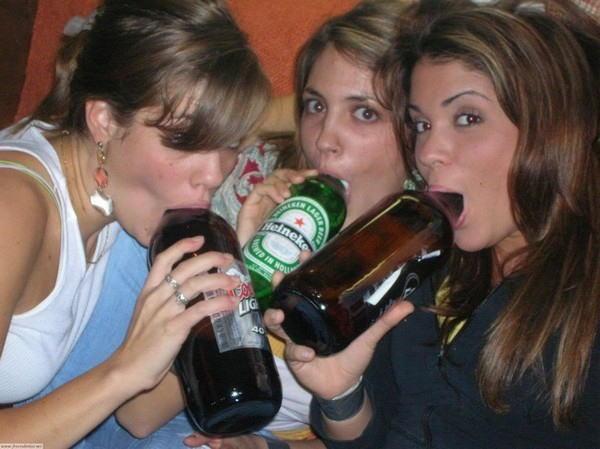 【※悲惨】酒一気飲みして男たちの餌食になってる女の子たち(画像あり)・4枚目