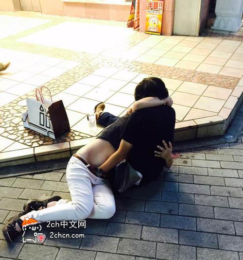 日本AVの影響で地下鉄で周りを気にせずに手マンするカップル。・3枚目